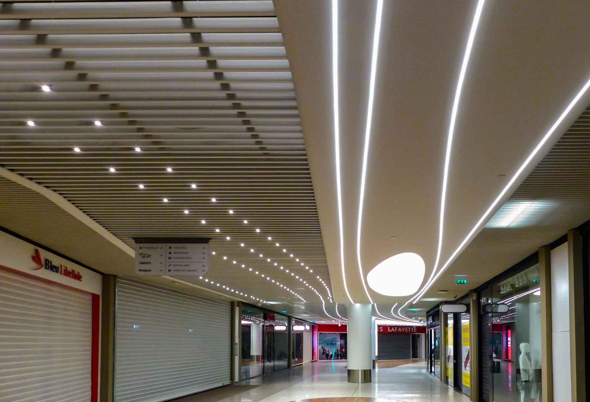 Plafonds suspendus métalliques - Centre commercial CAP 3000
