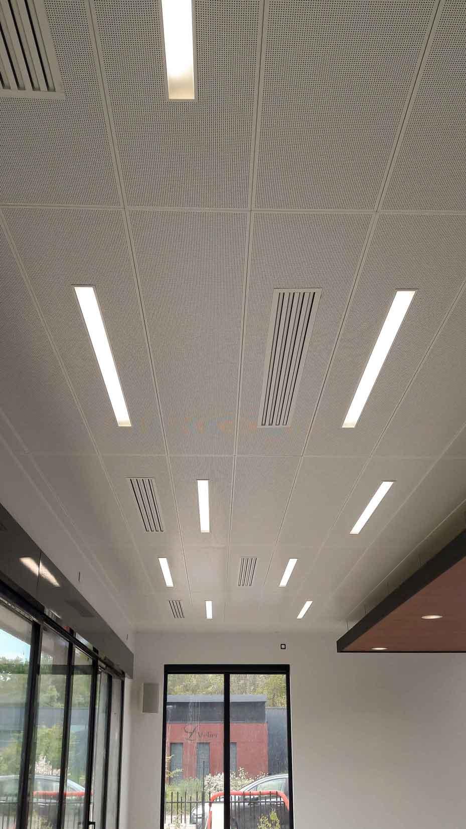 Maison Services Lemans Plafonds Suspendus Metalliques Clip In Insertion Luminiaire Ilot Flottant Bois