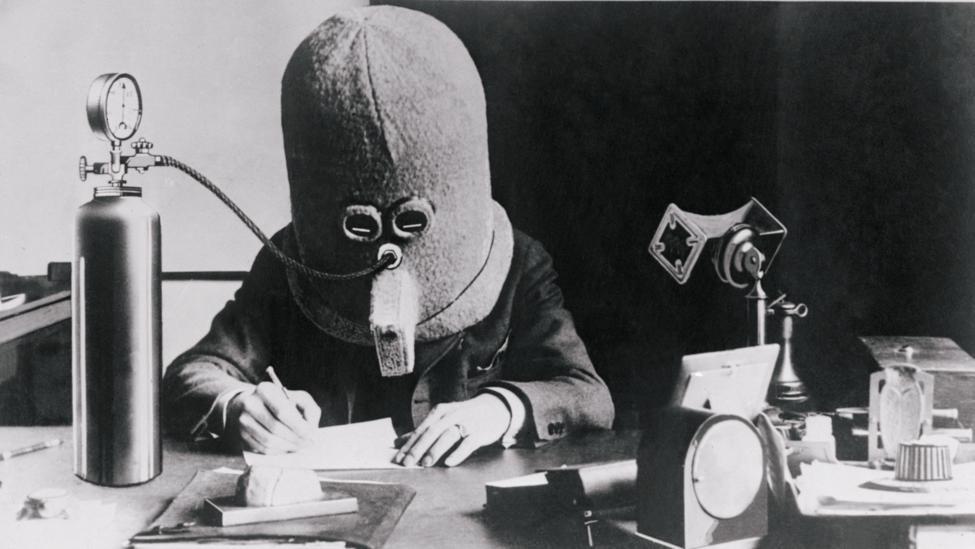 Personne portant un masque qui l'isole complètement